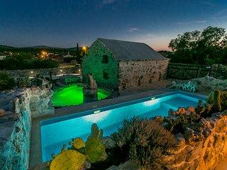 Stone House Marina , Holiday Home with a 2 pools, Vrsine
