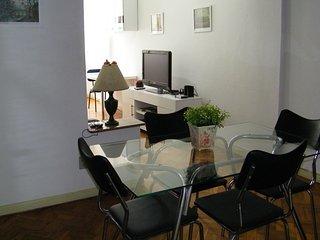 Apartamento em Copacabana  com 2 quartos e 2 banheiros a 1 quadra da praia!