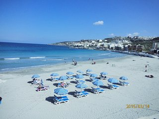 5 mins to Sandy Beach Stunning and Romantic Apartment 3 Balconies Wi-fi