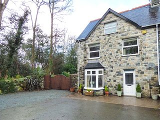 TAN Y COED en-suite, hot tub, WiFi, pet-friendly, parking, in Llanbedr, Ref