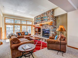 Spacious townhome close to slopes w/ mountain views, shared pool & hot tub!