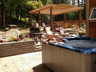 River Stone Lodge MTN Views, River, Hiking, Hot Tub, WIFI, Campfires, 4 bedrooms