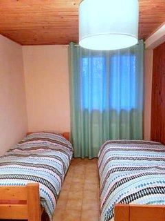 Troisième chambre avec deux lit simples et une armoire