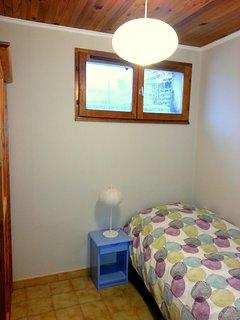 Deuxième chambre avec un lit simple et une armoire