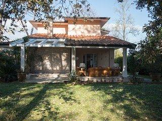 Large Villa (14 people), 1km from the beach in Pietrasanta (Lucca. Huge garden