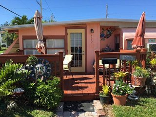Quaint Sunset Cottage Vacation Rental (55+/45+ park), Bradenton Beach