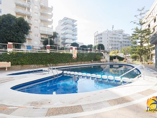 6 pax apartment with A / C and communal pool in Salou.