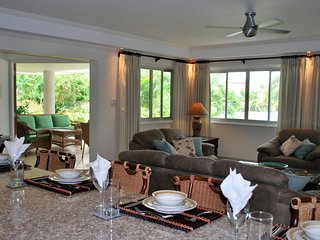 Palm Beach 109 - Ideal for Couples and Families, Beautiful Pool and Beach, Bridgetown