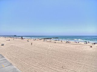 NEW! 2 blocks to beach on Balboa Peninsula! Walk to shops and restaurants., Newport Beach