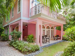 Gorgeous, relaxing, and newly decorated 4 bedroom home with private dock. Sunsets on the beach!, isla de Captiva