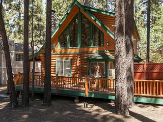 3 bedroom Modern Log Cabin. Pool Table, Spa, Steps to Snow Summit. Nice Street