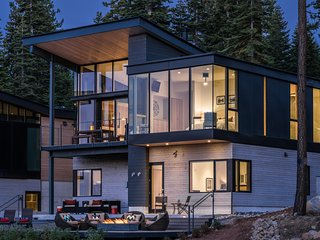 Modern Luxury ski-in/out Residence Mid-Mountain near Ritz at Tahoe, Truckee
