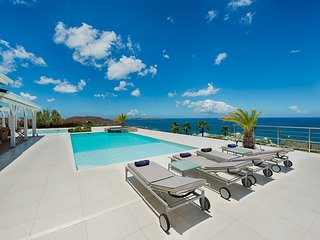 Ideal for Couples & Groups, Heated Pool, Short Walk to Beach, Contemporary Villa