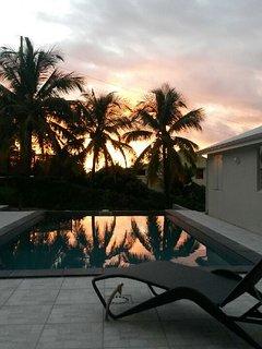 Coucher de soleil sur la piscine.