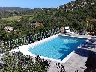 villa con piscina panoramica privata immersa nel verde