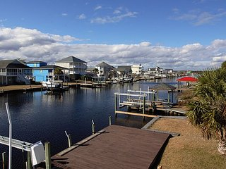 Sunset Get Away - Spacious Canal Front Cottage with Stunning Views and Boat Ramp