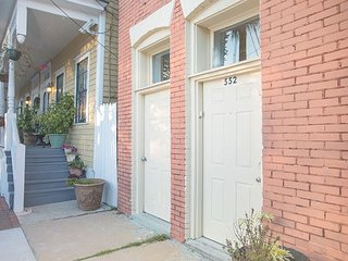 Stay Local in Savannah: Urban flat just minutes away from River Street!
