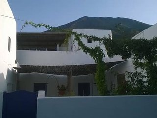 Rose large and panoramic 3 bedrooms, terrace  250m from the beach., Stromboli