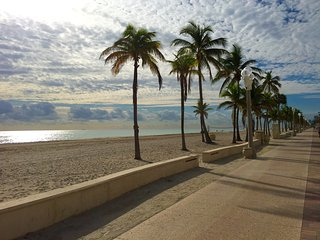 Hollywood Beach Getaway -steps to beach & broadwalk