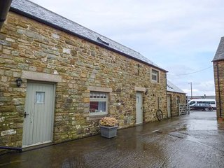 STONE ACRE BARN, ground floor wet room, all bedrooms en-suite, pet-friendly, Haltwhistle