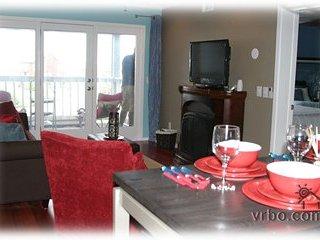Salón comedor en el CB. TV / DVD, sonido envolvente. WI-FI GRATIS. Aire acondicionado, ventilador de techo.