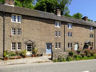CALAMINE COTTAGE, beautifully restored with original beams and shutters, WiFi, Cromford