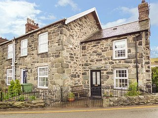 BODLONDEB, one bedroom, open fire, patio overlooking river, in Llwyngwril, Ref