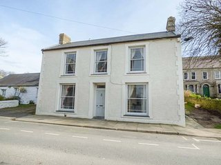 THE CWTCH, all ground floor, pet-friendly, short walk to shop and pub, St, St. Davids