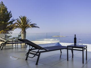 Luxurious Villa Palma just 2 meters from the Sea, Jaccuzzi, Sauna, BBQ, Seaview
