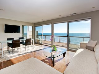 Modern Oceanfront Jewel Box, Malibú