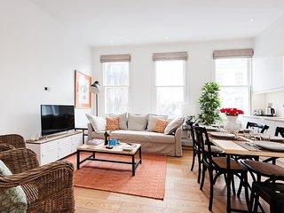 Lovely 2 Bedroom Kensington Apartment for 6 - Best Internet Rates EH1, London