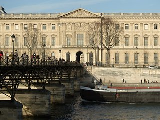 'MUSEE DU LOUVRE' from the Seine. A stone's throw from the apartment.