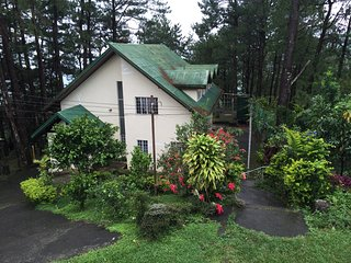 Family Cottage Under the Pine Trees, 10 pax, $140++, 10 minutes to MansionHouse, Itogon