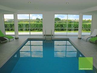 Villa Enora avec piscine intérieure chauffée toute l'année 100 m de la mer Spa, Sibiril