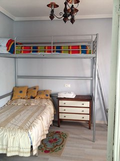 Habitación 2. Cama y litera.
