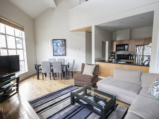 'Glacier Lodge' Modern & Spacious 2 bedroom suite  w/ Pool & Hot Tub!