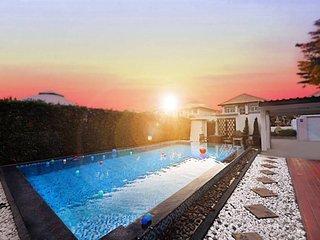 Exquisite 4bd 4 bth Villa w/Pool-Central Pattaya!