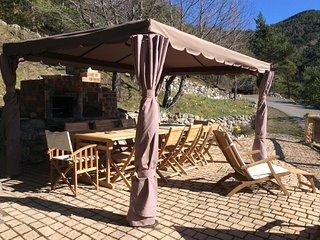 Coin repas sur la terrasse ; table jusqu'à 16 personnes.