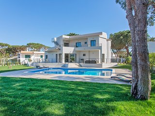Luxurious and spacious 4 bed villa with private heated pool