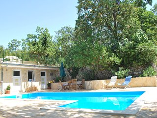 Paradise Farm detached villa, full comfort, pool, AC, jacuzzi & more - sleeps 10