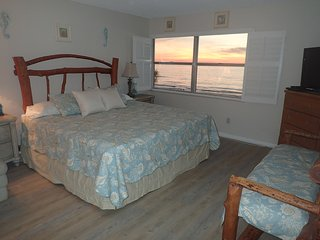 Beachfront 2/2 townhouse with balcony,sunsets, sunrises jacuzzi, and fireplace!, Indian Rocks Beach