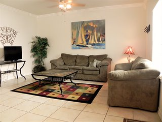 Ocean Garden 1 - Walk to the beach - WiFi - 2 Bedroom/2 Bathroom - Swimming Pool, South Padre Island