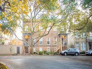 Stay with Lucky Savannah: Beautiful 2 bedroom home overlooking Chatham Square