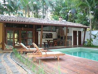 Casa Clareia perto do mar e da floresta com piscina e garagem