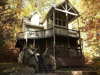 Private large 4/4 mountain home, sleeps 17, hot tub, pool table, $99/nt Specials, Gatlinburg
