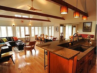 Robert's Retreat at the Beach, private beach access, sleeps 12, South Haven