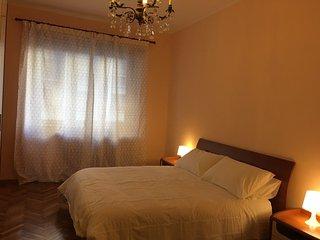 Appartamento 60 metri quadri, camera da letto e soggiorno con divano letto.