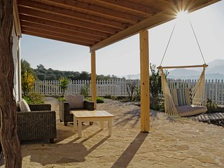 Lovely villa for family getaways heated swimming pool&amazing countryview, Pitsidia