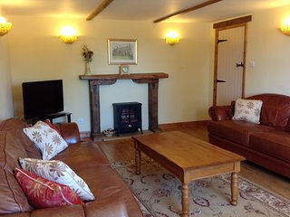 Hollyhock Cottage is a fully self contained cottage which sleeps up to 8 guests., Stamford