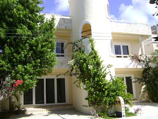 Amanecer Akumal Spacious & Sunlit 2 Bedroom, 2 Bathroom Condo with Wifi, TV & AC